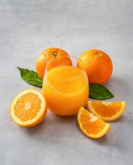 Bovenaanzicht van verse jus d'orange, sinaasappels en plakjes