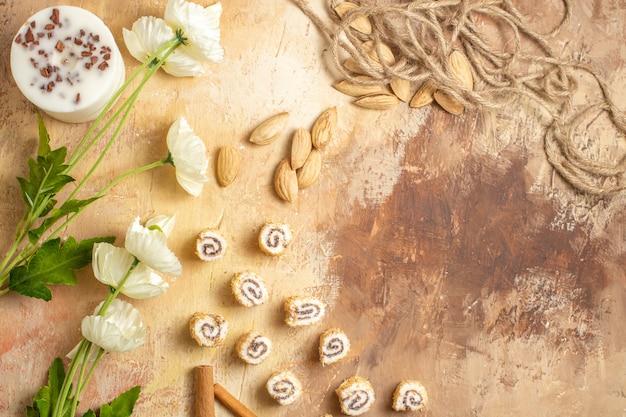 Bovenaanzicht van verse noten met snoepjes op houten oppervlak