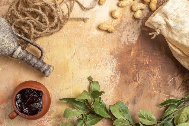 Bovenaanzicht van verse pinda's met jam op houten oppervlak