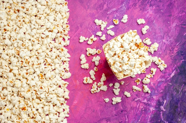 Bovenaanzicht van verse popcorn voor filmavond