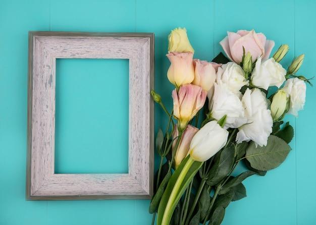 Bovenaanzicht van verse prachtige bloemen op een blauwe achtergrond met kopie ruimte