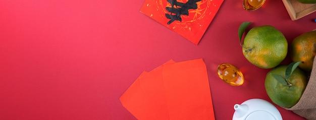 Bovenaanzicht van verse rijpe mandarijn mandarijn met verse bladeren. chinees nieuwjaarsfruitconcept, het chinese woord betekent lente.