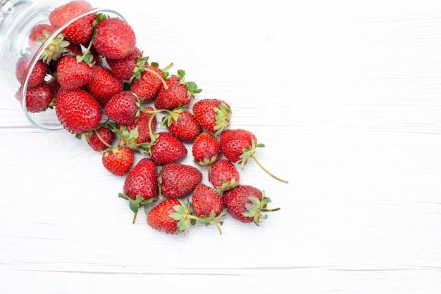 Bovenaanzicht van verse rode aardbeien binnen en buiten plaat op wit, fruit berry verse zachte foto