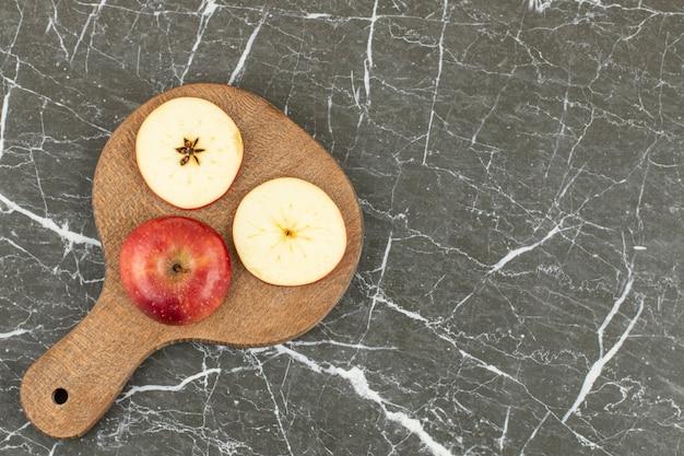 Bovenaanzicht van verse rode appel. op grijs.