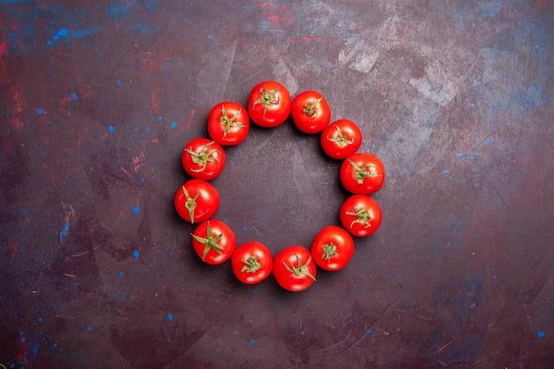 Bovenaanzicht van verse rode tomaten omcirkeld op zwart