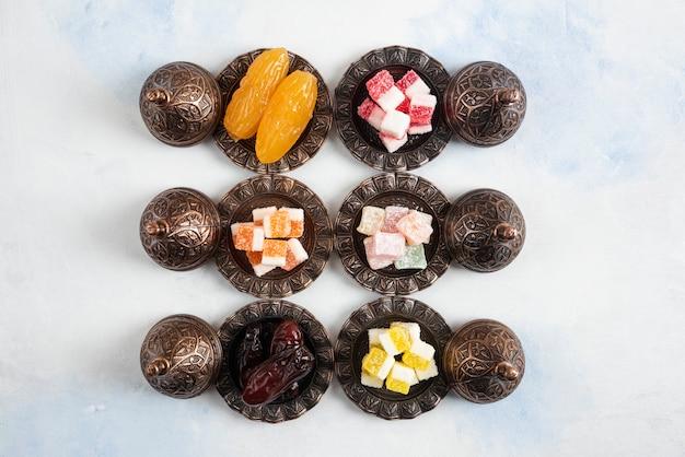 Bovenaanzicht van verse snacks op witte ondergrond