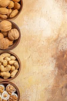 Bovenaanzicht van verse verschillende noten bekleed op een houten bureau