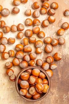 Bovenaanzicht van verse walnoten bekleed op een houten bureau