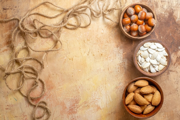 Bovenaanzicht van verse zaden bekleed op een houten bureau