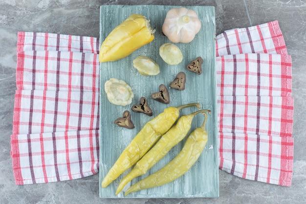 Bovenaanzicht van verse zelfgemaakte augurk. knoflook en paprika.