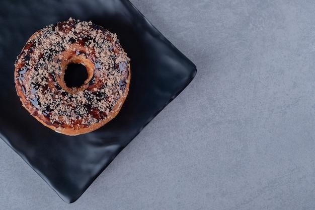 Bovenaanzicht van verse zelfgemaakte chocolade donut
