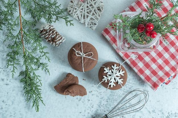 Bovenaanzicht van verse zelfgemaakte chocoladekoekjes met kerstdecors.