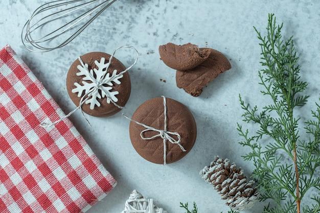 Bovenaanzicht van verse zelfgemaakte chocoladekoekjes tijdens kerstmis.