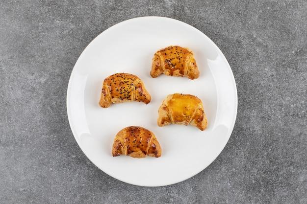 Bovenaanzicht van verse zelfgemaakte koekjes. gouden koekjes.