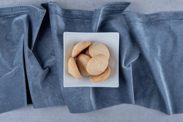 Bovenaanzicht van verse zelfgemaakte koekjes in witte kom
