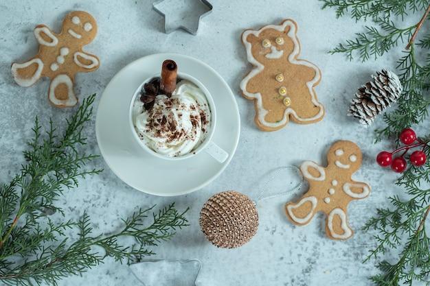 Bovenaanzicht van verse zelfgemaakte koekjes met ijs.