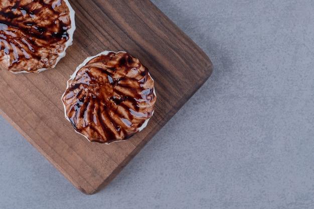 Bovenaanzicht van verse zelfgemaakte koekjes op een houten bord
