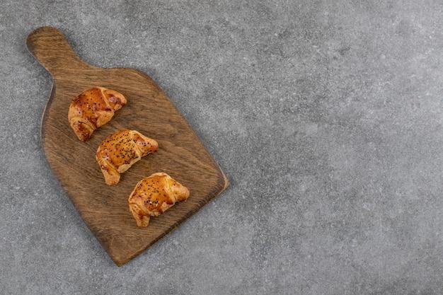 Bovenaanzicht van verse zelfgemaakte koekjes op een houten bord.