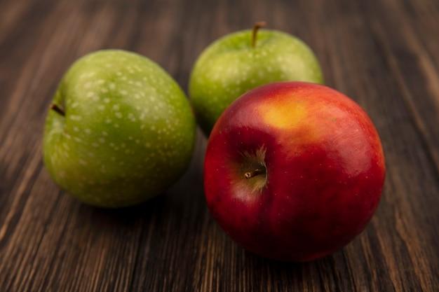 Bovenaanzicht van verse zoete en kleurrijke appels geïsoleerd op een houten oppervlak