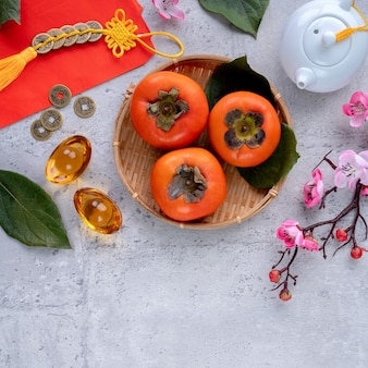Bovenaanzicht van verse zoete kaki kaki met bladeren. chinees nieuw maanjaar.