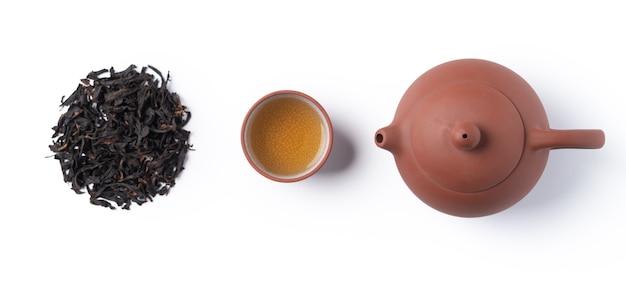 Bovenaanzicht van verse zwarte thee met waterkoker theepot en bladeren in taiwan, aziatische cultuur ontwerpconcept lay-out.