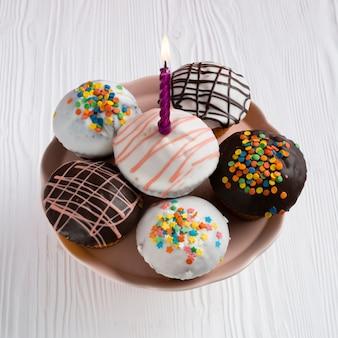 Bovenaanzicht van versierde cupcakes