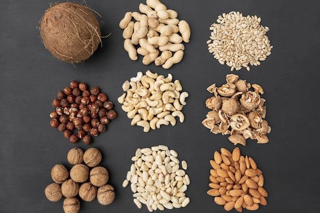 Bovenaanzicht van verzameling van verschillende noten met kokosnoot