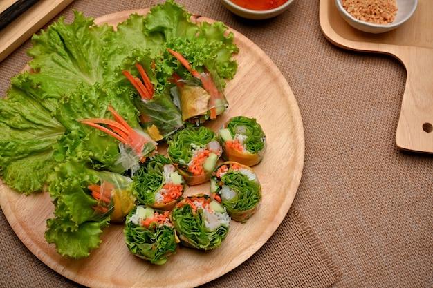 Bovenaanzicht van vietnamese loempia's geserveerd met dipsaus op eettafel