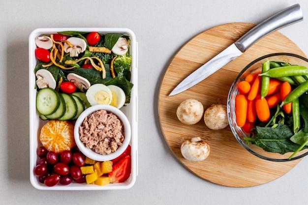 Bovenaanzicht van vis, groenten en fruit