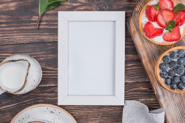 Bovenaanzicht van vlaaien met frame en crème