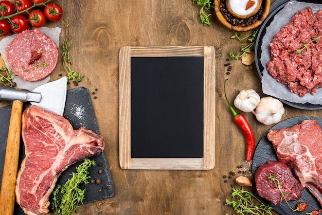 Bovenaanzicht van vlees met chili en schoolbord