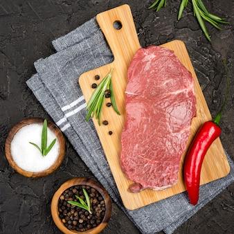 Bovenaanzicht van vlees met chili en specerijen