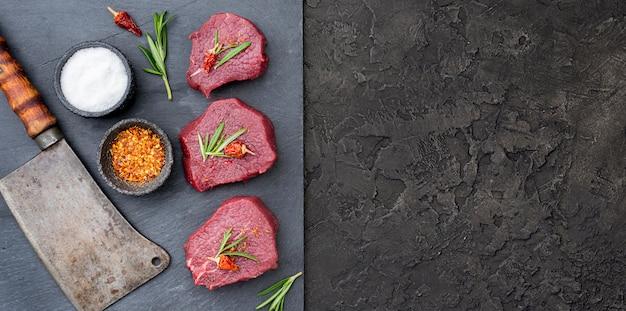 Bovenaanzicht van vlees met hakmes en kopie ruimte