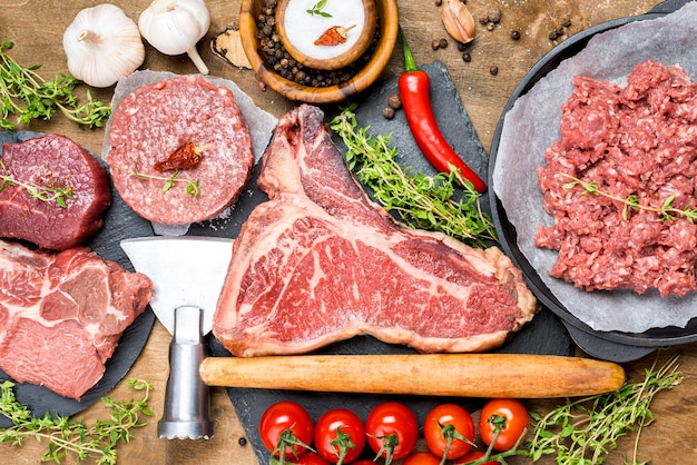Bovenaanzicht van vlees met tomaten en chili