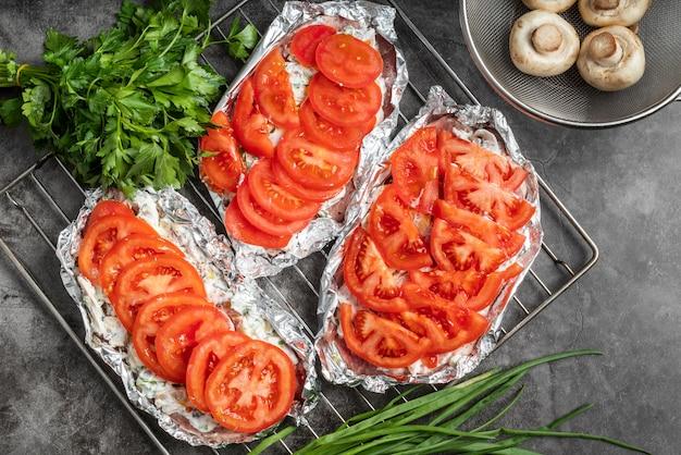 Bovenaanzicht van vleesgerecht met tomaten en champignons