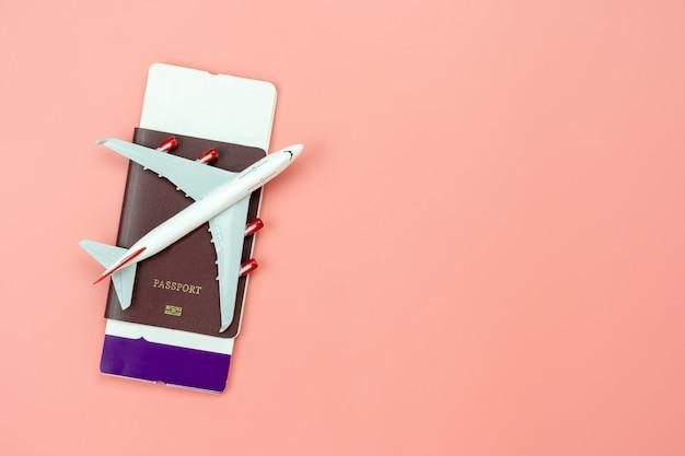 Bovenaanzicht van vliegtuig, paspoort en tickets
