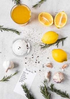 Bovenaanzicht van voedselingrediënten met citroenen
