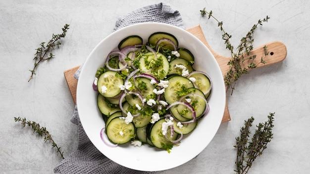 Bovenaanzicht van voedselingrediënten met komkommers
