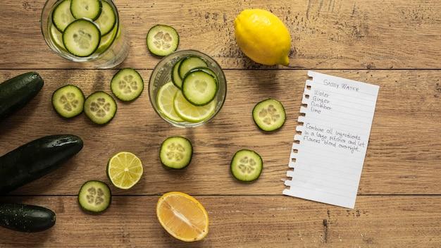 Bovenaanzicht van voedselingrediënten met plakjes komkommer