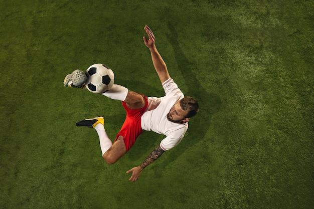 Bovenaanzicht van voetbal of voetballer op groen gras