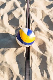 Bovenaanzicht van volleybal op het strandzand