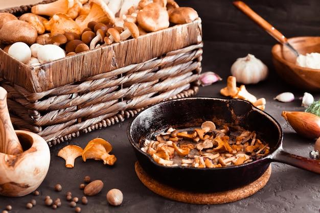 Bovenaanzicht van voorbereiding en frituren van eetbare wilde paddestoelen