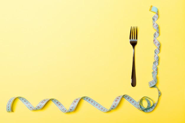 Bovenaanzicht van vork en gekrulde meetlint