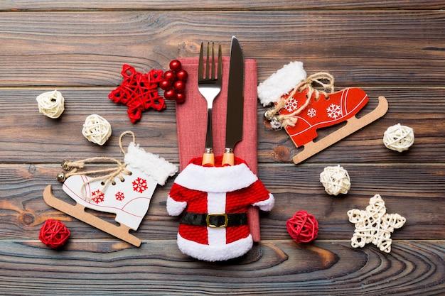Bovenaanzicht van vork en mes op servet op houten oppervlak
