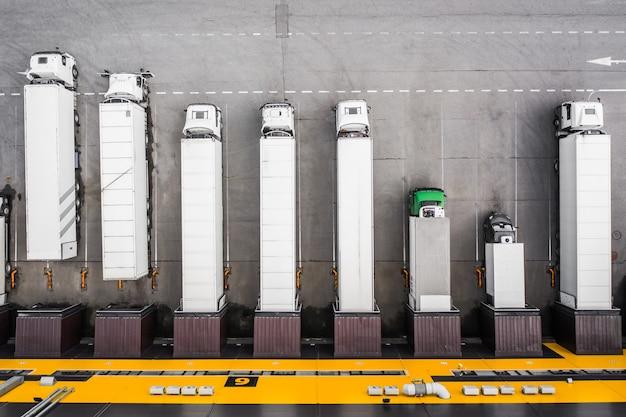 Bovenaanzicht van vrachtwagens die in de distributiehub worden geladen