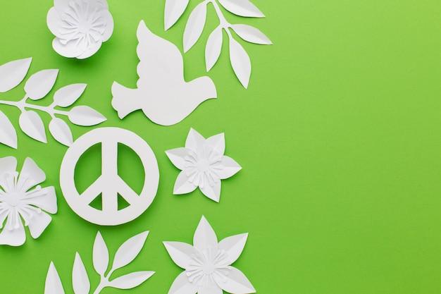 Bovenaanzicht van vredesteken met papier duif en kopie ruimte