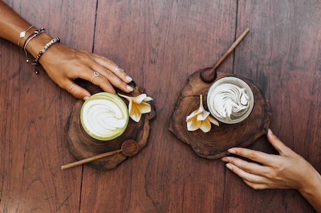 Bovenaanzicht van vrienden dalgona koffie drinken in café