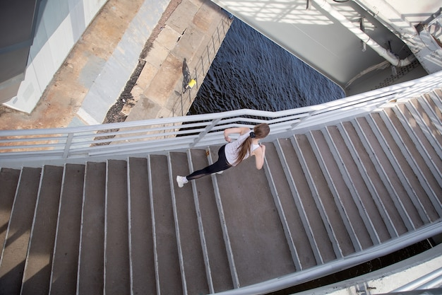 Bovenaanzicht van vrouw die op trappen loopt