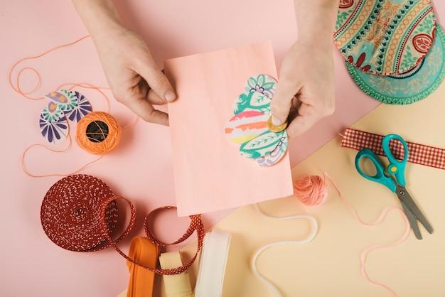 Bovenaanzicht van vrouw kaart versieren