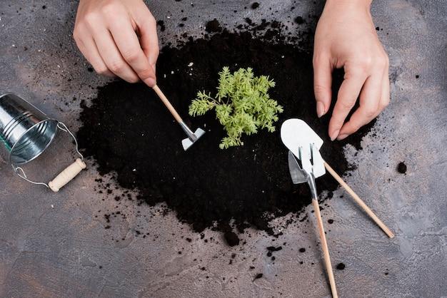 Bovenaanzicht van vrouw met behulp van miniaturen tools